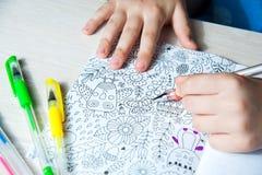Menina que colore um livro adulto, conceito do mindfulness, detalhe da mão Fotos de Stock Royalty Free