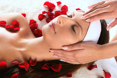 Menina que começ a massagem principal Imagens de Stock