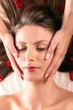 Menina que começ a massagem principal Imagens de Stock Royalty Free