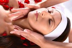 Menina que começ a massagem principal Foto de Stock