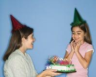 Menina que começ o bolo de aniversário. foto de stock royalty free
