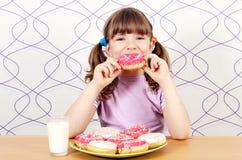 Menina que come anéis de espuma Fotografia de Stock Royalty Free