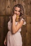 Menina que come bagels Fotos de Stock