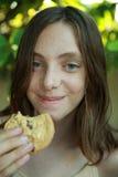 Menina que come bolinhos Foto de Stock Royalty Free