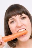 Menina que come a cenoura Fotografia de Stock Royalty Free