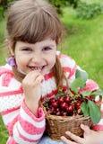 Menina que come a cereja Fotografia de Stock