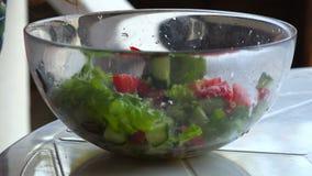Menina que come com uma salada do verão da forquilha de legumes frescos vídeos de arquivo