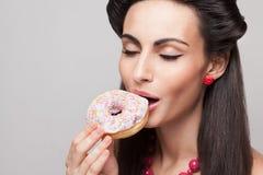 Menina que come a filhós Imagens de Stock Royalty Free