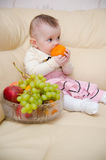 Menina que come frutas Foto de Stock Royalty Free