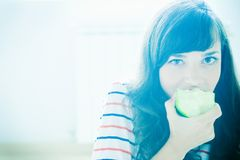 Menina que come a maçã Fotografia de Stock Royalty Free