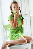 Menina que come maçãs Fotografia de Stock