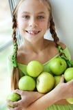 Menina que come maçãs Fotos de Stock