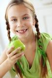 Menina que come maçãs Foto de Stock