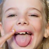Menina que come a manteiga de amendoim foto de stock royalty free