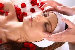 Menina que começ a massagem principal Fotos de Stock