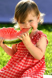 Menina que come a melancia Imagens de Stock Royalty Free