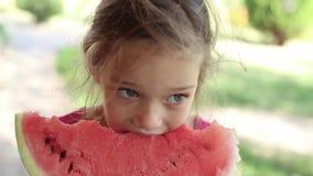 Menina que come a melancia vídeos de arquivo
