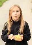 Menina que come microplaquetas Imagens de Stock Royalty Free