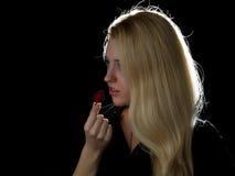Menina que come a morango Foto de Stock