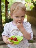 Menina que come a morango Imagens de Stock