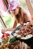 Menina que come o alimento coreano Imagem de Stock