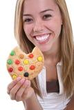 Menina que come o bolinho Foto de Stock Royalty Free