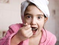 Menina que come o bolo Fotos de Stock Royalty Free