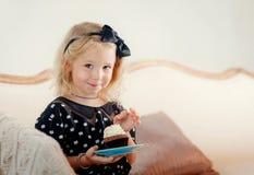 Menina que come o bolo Fotografia de Stock Royalty Free