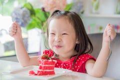 Menina que come o bolo da morango Imagens de Stock