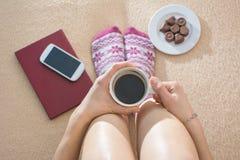 Menina que come o café na cama com acessórios do lazer Fotos de Stock