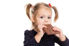 Menina que come o chocolate Fotos de Stock Royalty Free