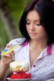 Menina que come o gelado fotografia de stock