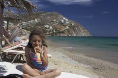 Menina que come o gelado Imagem de Stock