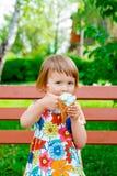 Menina que come o gelado Fotos de Stock