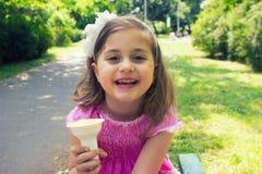 Menina que come o gelado Fotografia de Stock Royalty Free