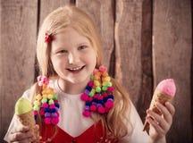 Menina que come o gelado saboroso Imagem de Stock