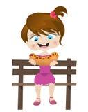 Menina que come o hotdog Fotos de Stock Royalty Free
