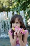 Menina que come o milho   Foto de Stock
