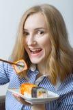 Menina que come o sushi Foto de Stock