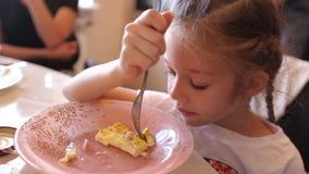 Menina que come a omeleta vídeos de arquivo