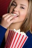 Menina que come a pipoca Imagens de Stock Royalty Free