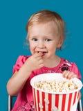 Menina que come a pipoca Fotos de Stock Royalty Free