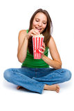 Menina que come a pipoca Imagem de Stock Royalty Free