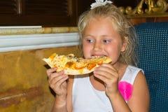 Menina que come a pizza Fotografia de Stock