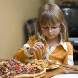 Menina que come a pizza fotos de stock