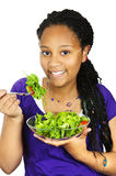 Menina que come a salada Imagens de Stock Royalty Free