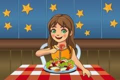 Menina que come a salada Fotos de Stock Royalty Free