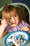 Menina que come salsichas Imagens de Stock Royalty Free