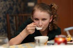 Menina que come a sopa imagens de stock royalty free