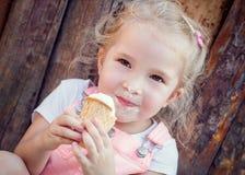 Menina que come um gelado Fotografia de Stock Royalty Free